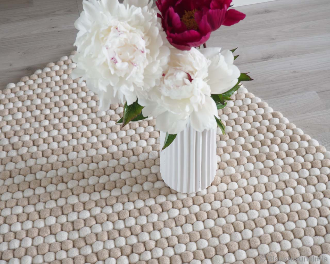 hand knotted awesome white vase with flowers oriental rugs online