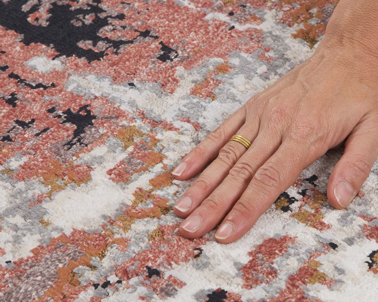 woven oriental deep pink hand with ring heriz carpet